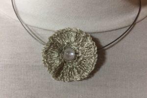 Rosette mit Perle